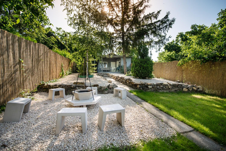 Kiadó vízparti nyaraló a Kenderföldi üdülősoron: szalonnasütögető, terasz kerti bútorokkal