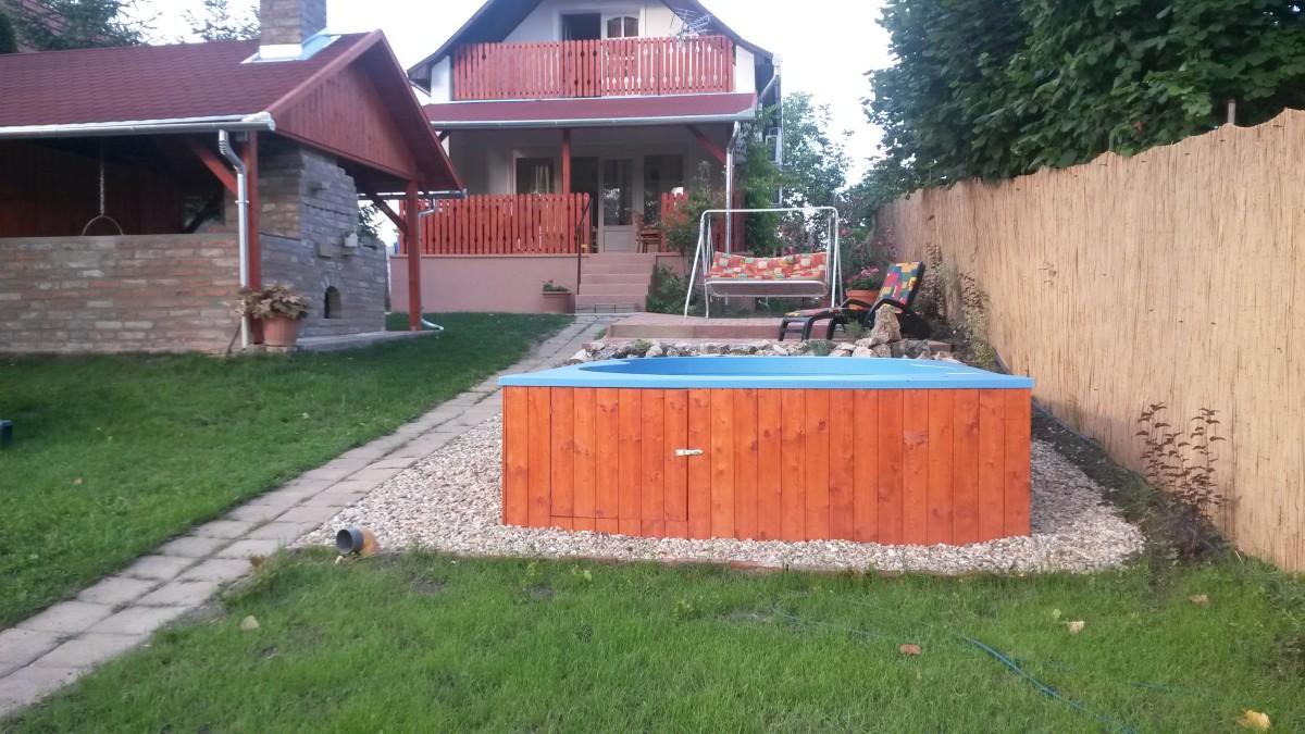 Közvetlen vízparti nyaraló medencével, fedett terasszal és fedett nyári konyhával